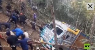 شاهد.. هنود يسحبون شاحنة سقطت بمنطقة وعرة