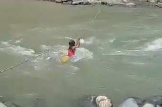 فيديو مؤسف.. فتاة تخاطر بحياتها لعبور نهر هائج