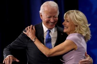 فيديو.. جو بايدن وزوجته يتعرضان لموقف محرج خارج البيت الأبيض