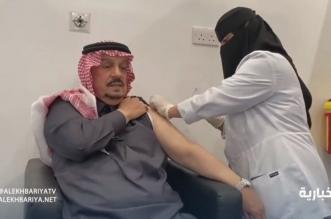 فيصل بن بندر يتلقى الجرعة الأولى من لقاح كورونا