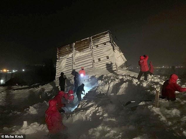 لحظة لا تصدق.. انتشال طفل حيًا من تحت انهيار جليدي قتل عائلته (4)