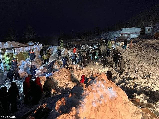 مشهد لا يصدق.. انتشال طفل حيًا من تحت انهيار جليدي قتل عائلته - المواطن