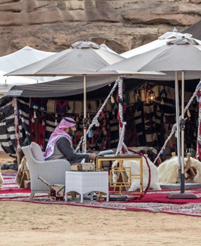 من الصحراء نقود العالم.. صورة مكتب محمد بن سلمان تثير إعجاب رواد تويتر (1)
