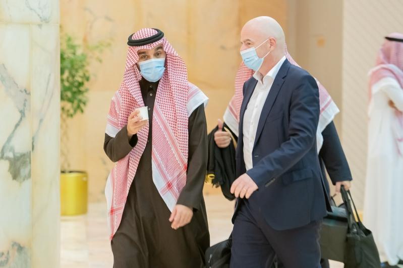 وزير الرياضة مع رئيس فيفا