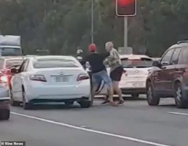 فيديو .. شاب يعتدي على رجل ستيني باللكمات في مشهد مفزع