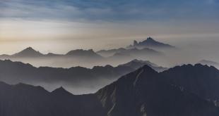 ضباب الباحة لوحة إبداعية على سفوح الجبال