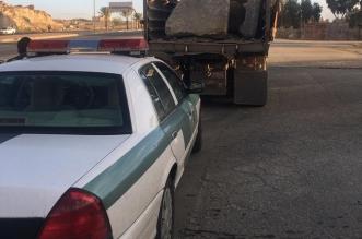 ضبط سائق شاحنة تحمل صخورًا بدون اتباع إجراءات السلامة - المواطن