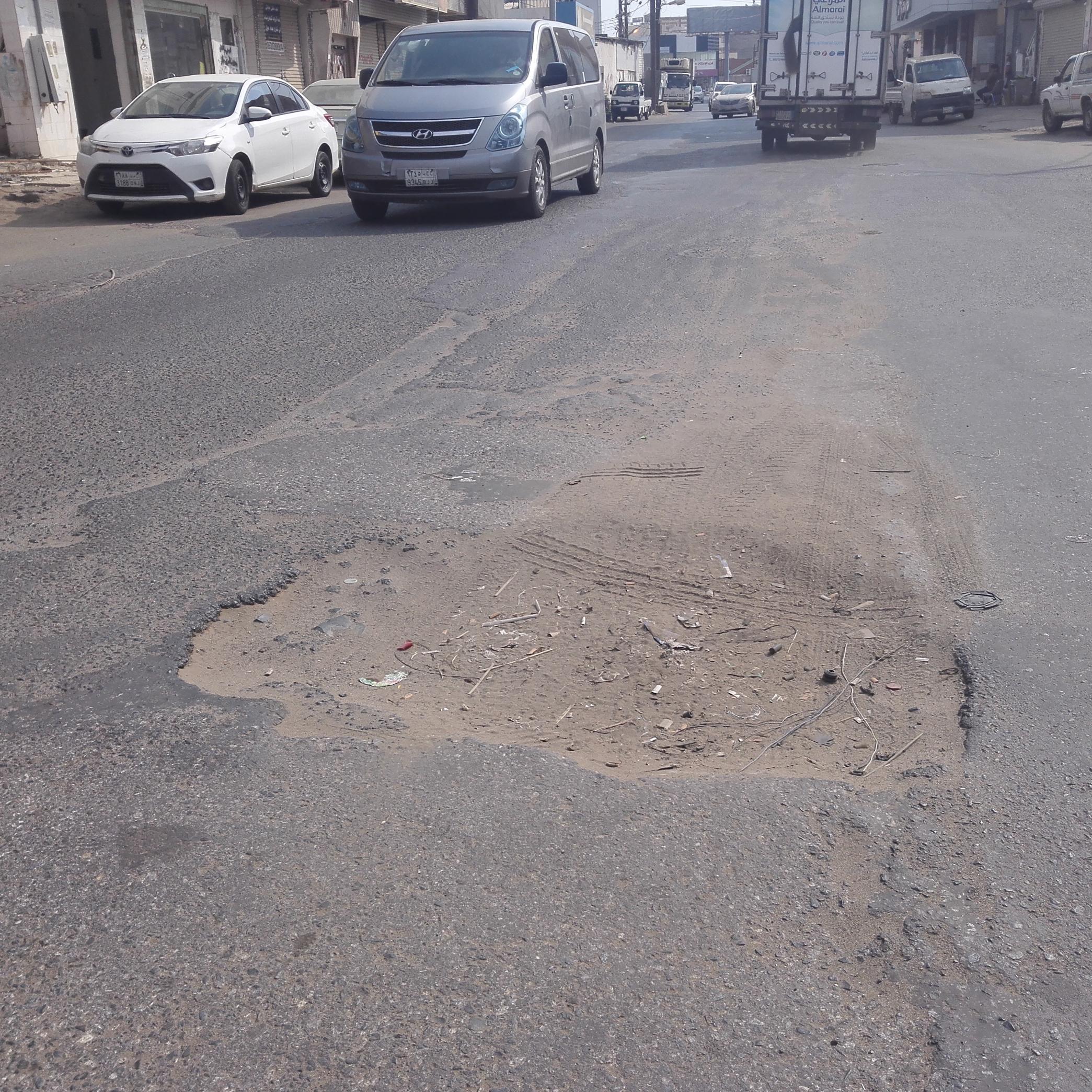 حفريات شارع الصديق بـ صامطة تهدد المارة وتتربص بالمركبات - المواطن