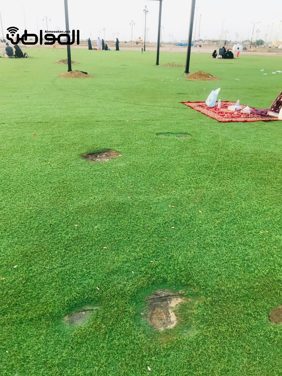 الشواء يشوه العشب الصناعي في شاطئ السهى l - المواطن