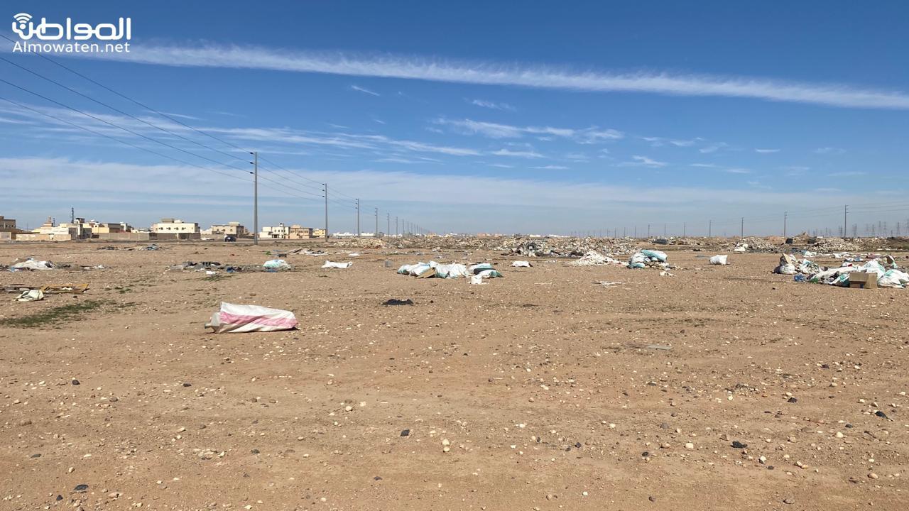 النفايات تزاحم طريق جامعة حفر الباطن