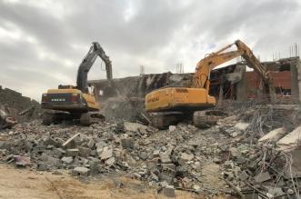 أمانة جدة تزيل محطة وقود ومباني مخالفة - المواطن