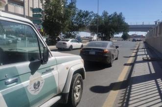 المرور يقبض على قائد مركبة حاول إبعاد آخر عن المسار على طريق الميناء - المواطن