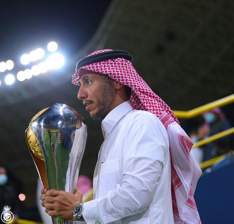 رئيس النصر مع كأس السوبر