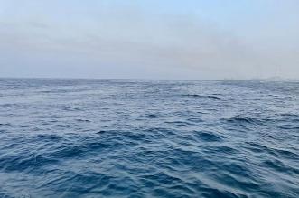 الرياح ترفع الموج وتدفع مياه البحر على كورنيش جدة - المواطن
