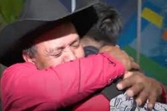فيديو مؤثر.. لحظة لم شمل أسرة بعد فتح الحدود الأمريكية