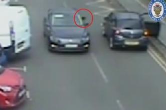 فيديو.. لحظة الموت تفاجئ قائد سيارة على طريق سريع (1)
