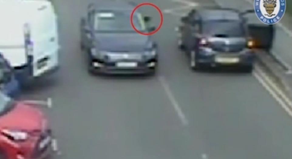 فيديو.. رصاصات الغدر تنهي حياة قائد سيارة في بريطانيا