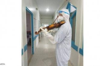 فيديو .. طبيب يصنع البهجة لمرضى كورونا بعزف الموسيقى
