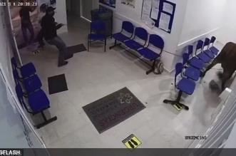 فيديو وصور .. بقرة هاربة تهاجم المرضى داخل مستشفى في كولومبيا