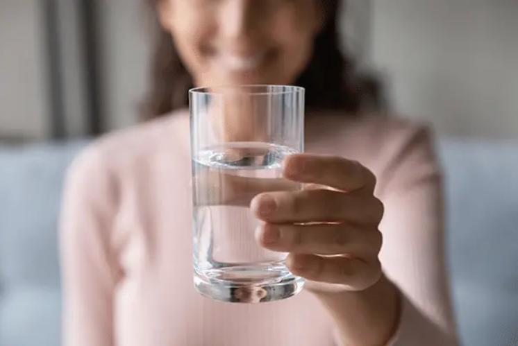 استشارية : ٦ أكواب من الماء ضرورية بين الإفطار والسحور