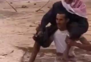 فيديو.. الشاب الحويطي يروي تفاصيل إنقاذ المسن من سيول ضباء - المواطن