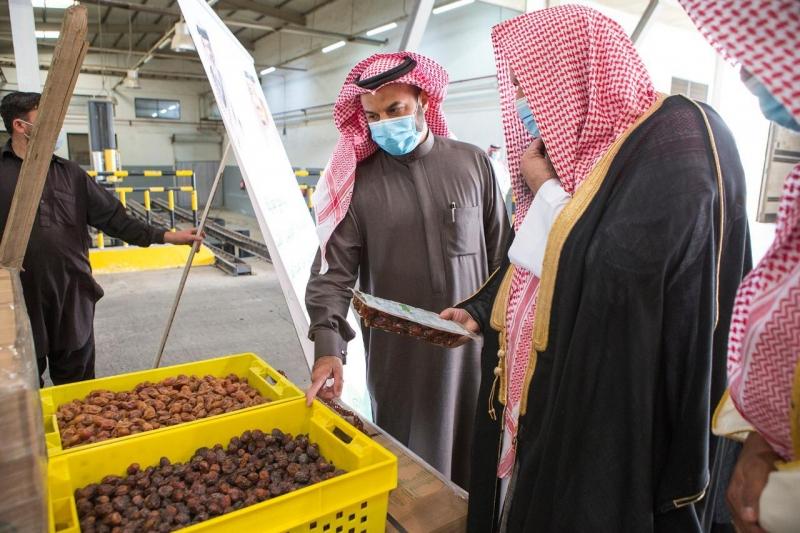 انطلاق أولى شحنات برنامج هدية الملك سلمان من التمور لتوزيعها في 24 دولة - المواطن