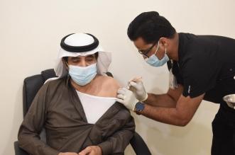 محافظ الرس يتلقى تطعيم كورونا ويطلع على تجهيزات مركز اللقاحات - المواطن