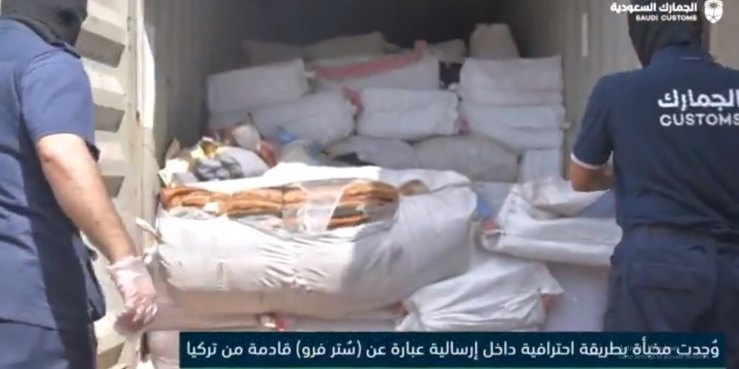 فيديو.. لحظة ضبط أكثر من 1.3 مليون حبة كبتاجون في إرسالية فراء واردة من تركيا