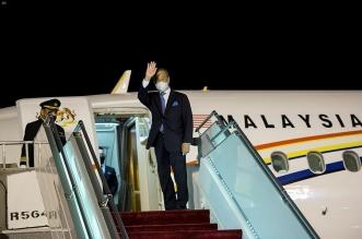 رئيس وزراء ماليزيا يغادر الرياض والأمير فيصل بن بندر في مقدمة مودعيه - المواطن