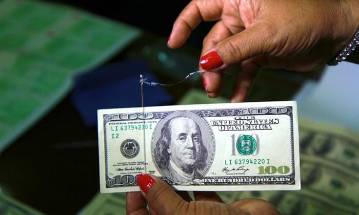 الدولار يحوم حول أدنى مستوى له في 7 أسابيع