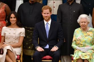 الملكة إليزابيث تتدخل لحل أزمة ملابس الجنازة