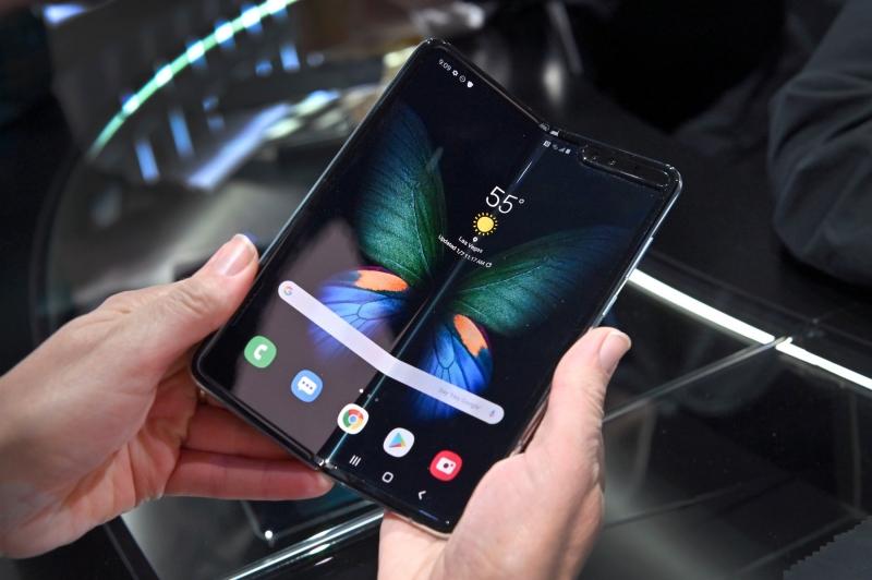 شركة صينية تطور هاتفًا قابلًا للطي واللف أيضًا