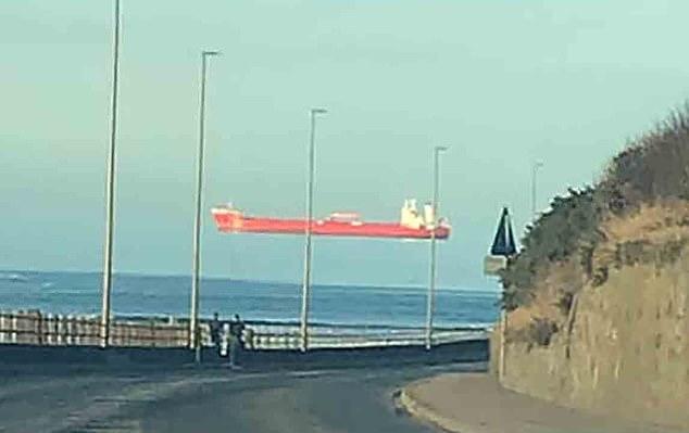 فيديو لـ سفينة تطفو في الهواء.. ما هي الخدعة ؟