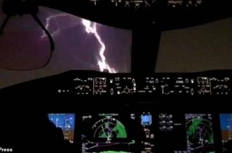 فيديو مرعب.. صاعقة برق تضرب طائرة ركاب