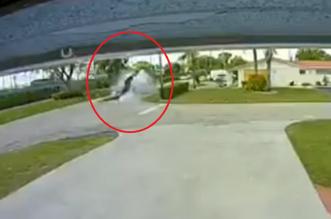 فيديو.. طائرة تصطدم بسيارة على الطريق !