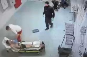 اعتداء وحشي من مسعف ألماني على لاجئ سوري مقيِّد - المواطن