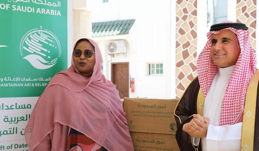 إغاثي الملك سلمان يسلم 100 طن تمور هدية إلى جيبوتي