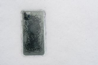 هاتف أيفون يظل صالحًا بعد شهر من سقوطه في بحيرة جليدية