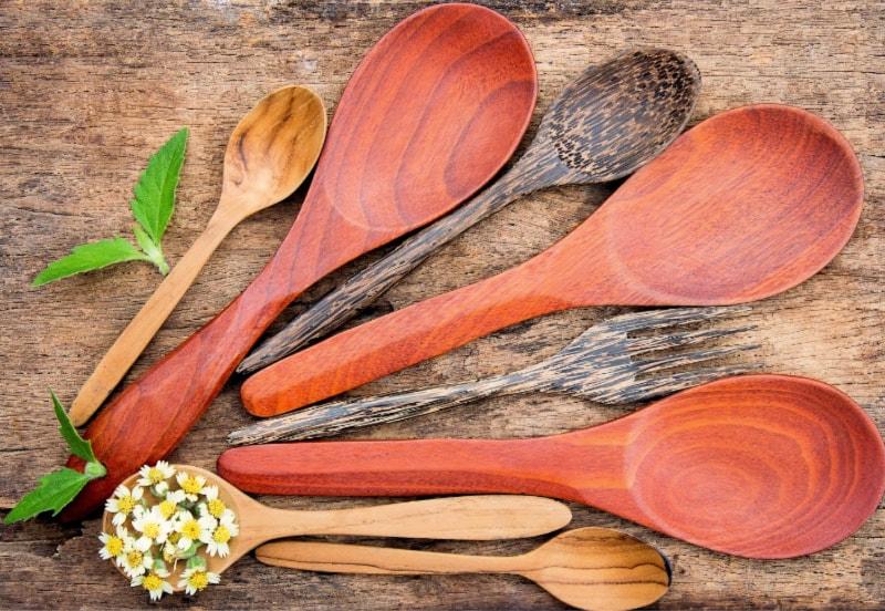 10 مزايا لاستخدام الملاعق الخشبية في الطهي (4)