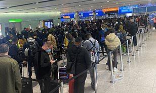 فوضى في مطار هيثرو والركاب يصفونه بمصنع كورونا