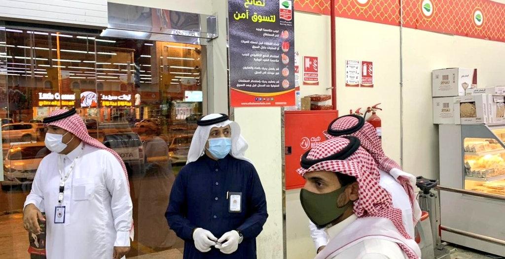 إغلاق محلات خالفت الإجراءات الاحترازية بأحد رفيدة