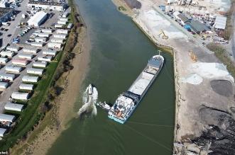 شاهد.. جنوح سفينة شحن في نهر آرون ببريطانيا - المواطن