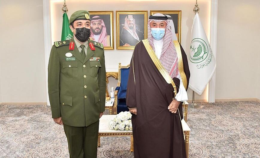 أمير نجران يقلد مدير جوازات المنطقة رتبة لواء