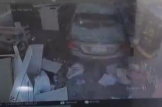 شاهد.. سيارة تقتحم صيدلية في الرياض وتدمر محتوياتها - المواطن