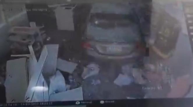 شاهد.. سيارة تقتحم صيدلية في الرياض وتدمر محتوياتها