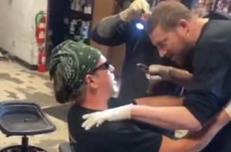 """فيديو.. عامل يخلع ضرس زميله بـ"""" كماشة """" داخل ورشة - المواطن"""
