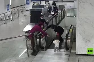 فيديو.. إنقاذ طفل اقترب من سلم متحرك في اللحظة الأخيرة - المواطن
