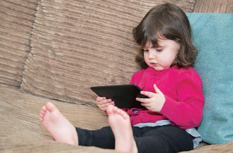 مخاطر استخدام الأطفال للجوال وهذه الضوابط مطلوبة