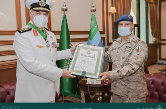 الفريق الرويلي يقلد قائد البحرية المصرية وسام الملك عبدالعزيز - المواطن
