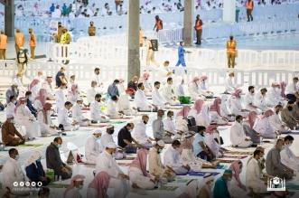 المصلون يؤدون صلاة التراويح لليلة الـ 16 من رمضان - المواطن